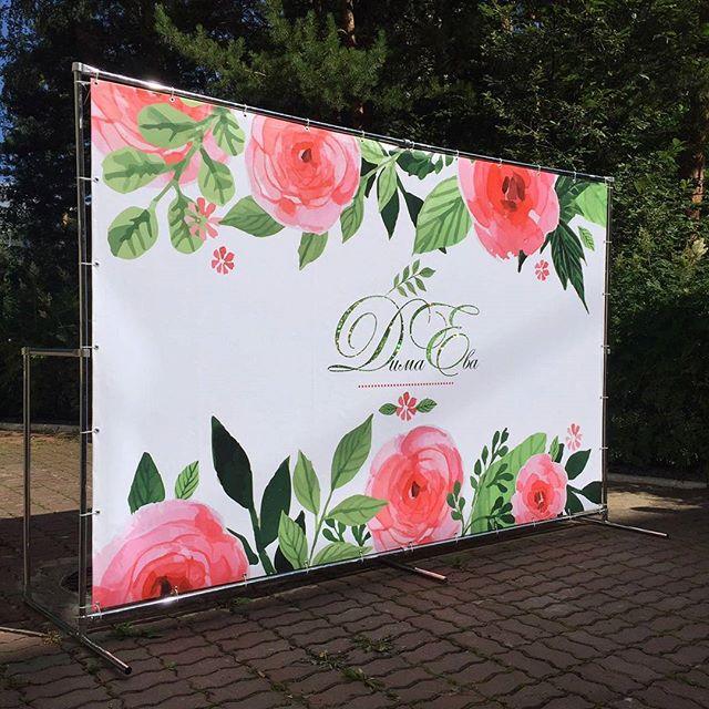 19955774 314989468953939 4010474529238286336 n - Очень красивый пресс-волл поставили сегодня в Бердске. Невеста украсила буквы на баннере зелеными блестками, получилось круто, особенно на солнце :)
